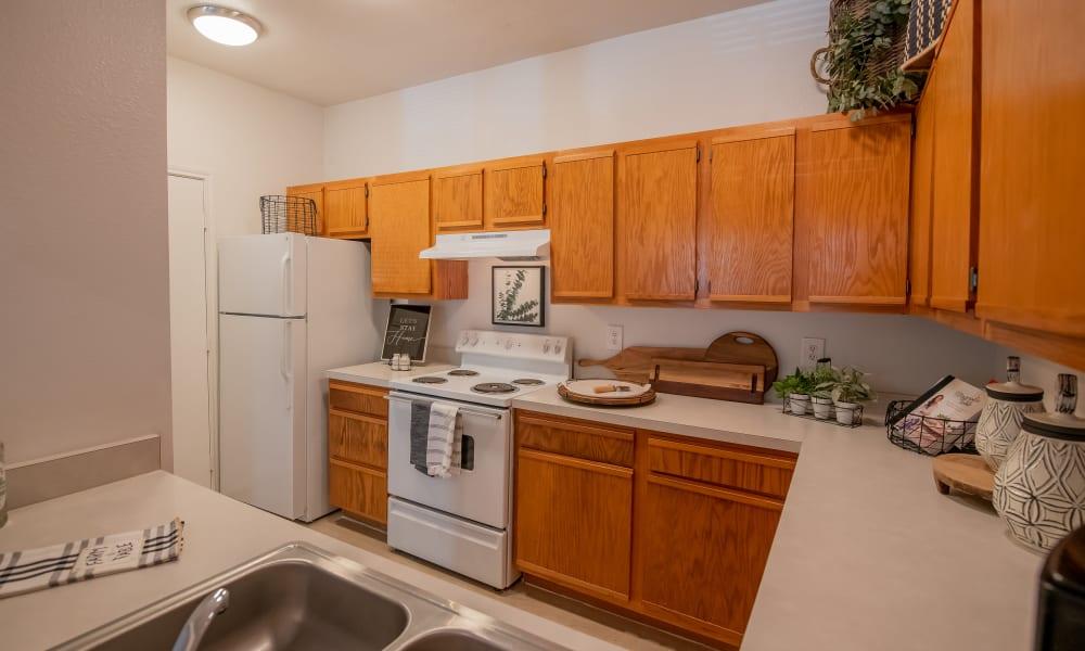 An apartment kitchen at The Pointe of Ridgeland in Ridgeland, MS