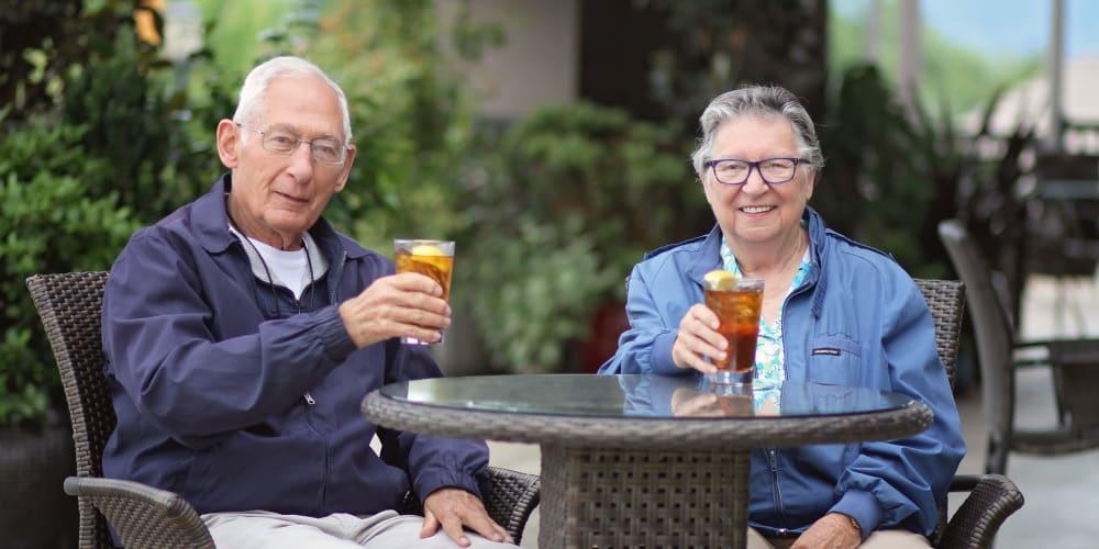 Residents drinking iced tea at The Springs at Veranda Park in Medford, Oregon