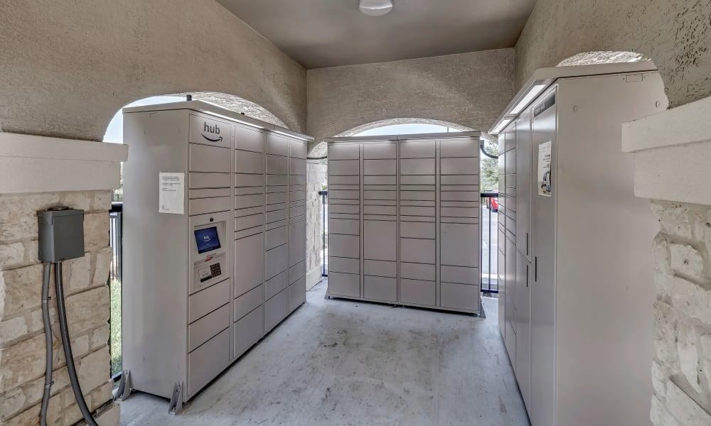 Hub Lockers |  Wiregrass at Stone Oak
