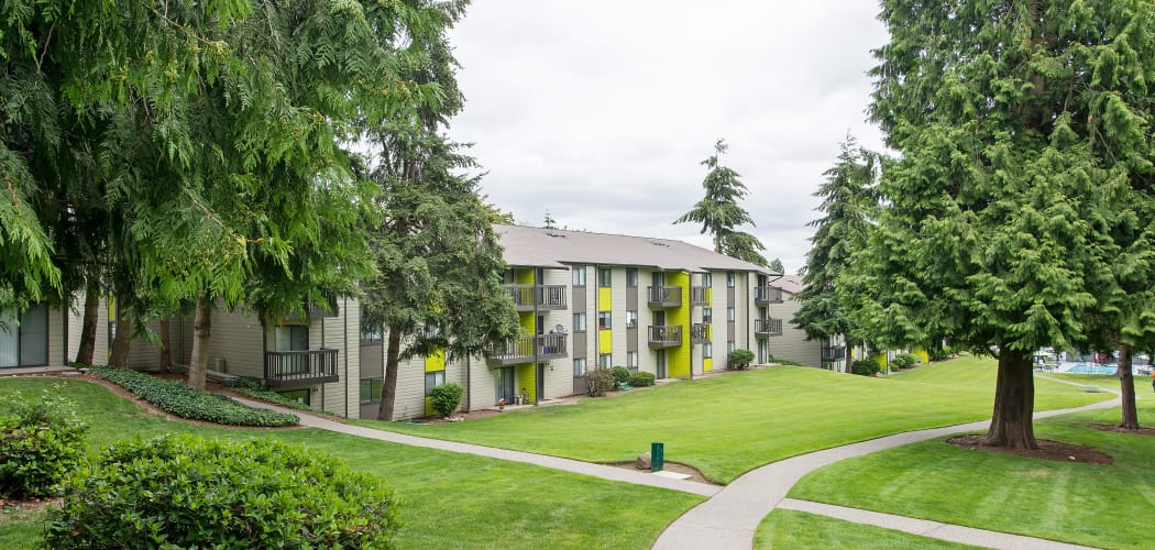Beautifully landscaped apartment community in Federal Way at The Union