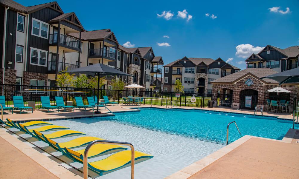 Zero-entry swimming pool & cabana at Stonehorse Crossing Apartments in Oklahoma City, Oklahoma