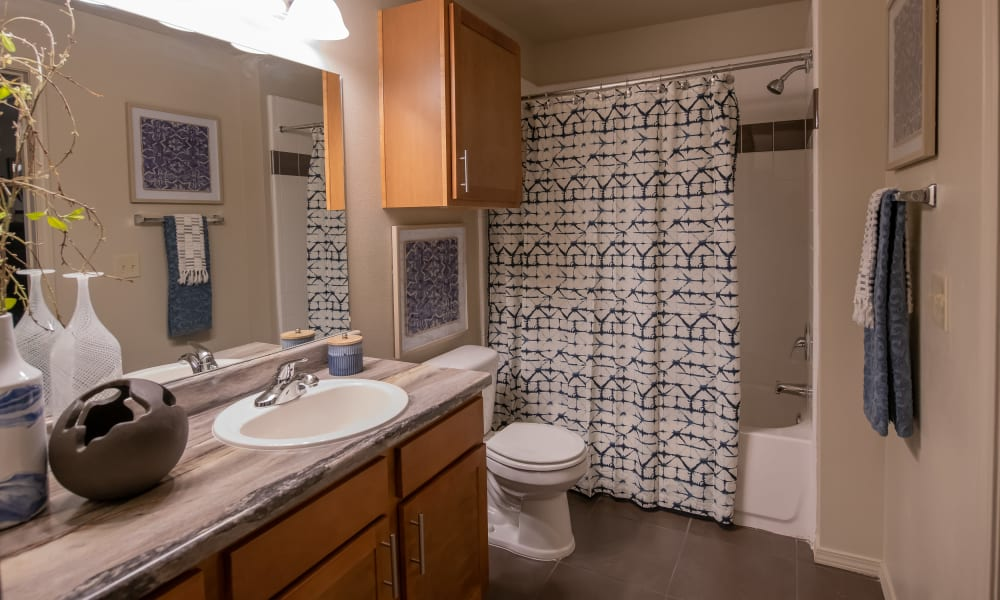 Bathroom with shower and tub combo at Cascata Apartments in Tulsa, Oklahoma