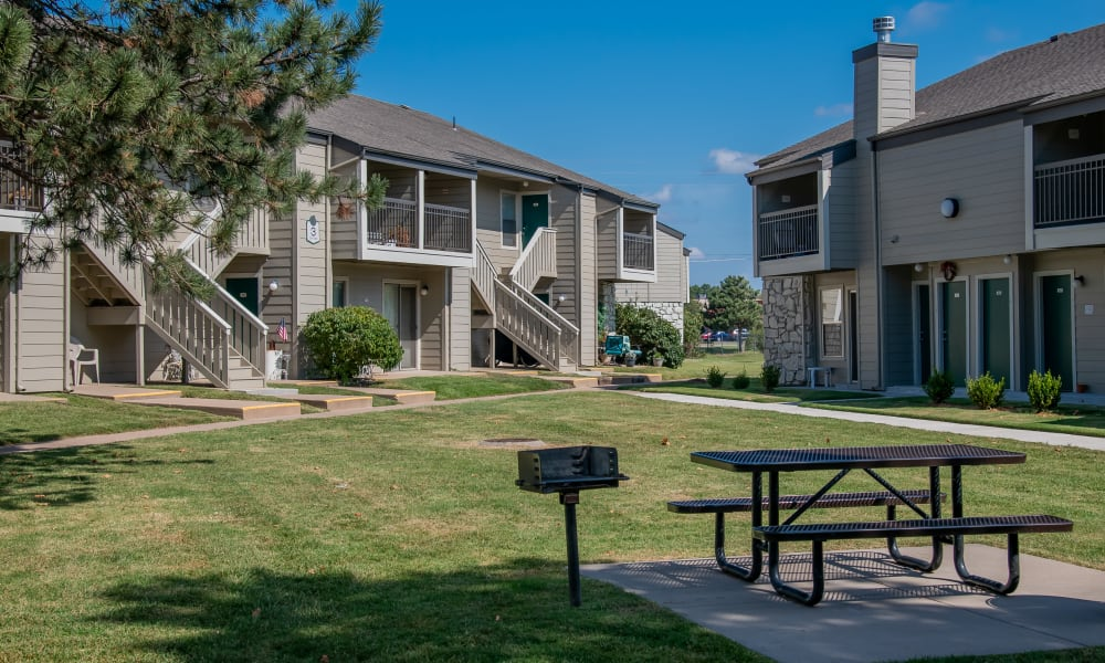 Beautiful courtyard with picnic table at Aspen Park Apartments in Wichita, Kansas