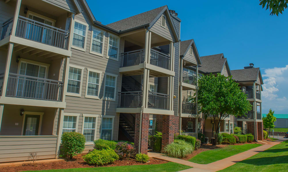 Beautiful grounds at Crown Pointe Apartments in Oklahoma City, Oklahoma
