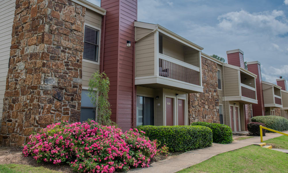 Exterior buildings of Sunchase Ridgeland Apartments in Ridgeland, Mississippi