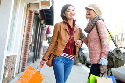 Ladies shopping near Avenue 25 Apartments