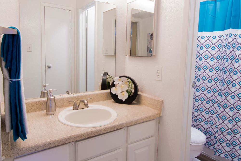 Enjoy apartments with a modern bathroom at Parkside Apartments