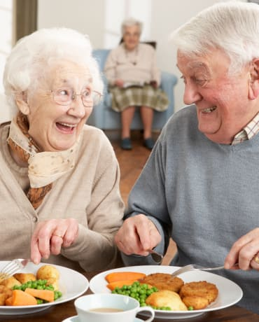 Residents dining at The Pointe at Summit Hills in Bakersfield, California