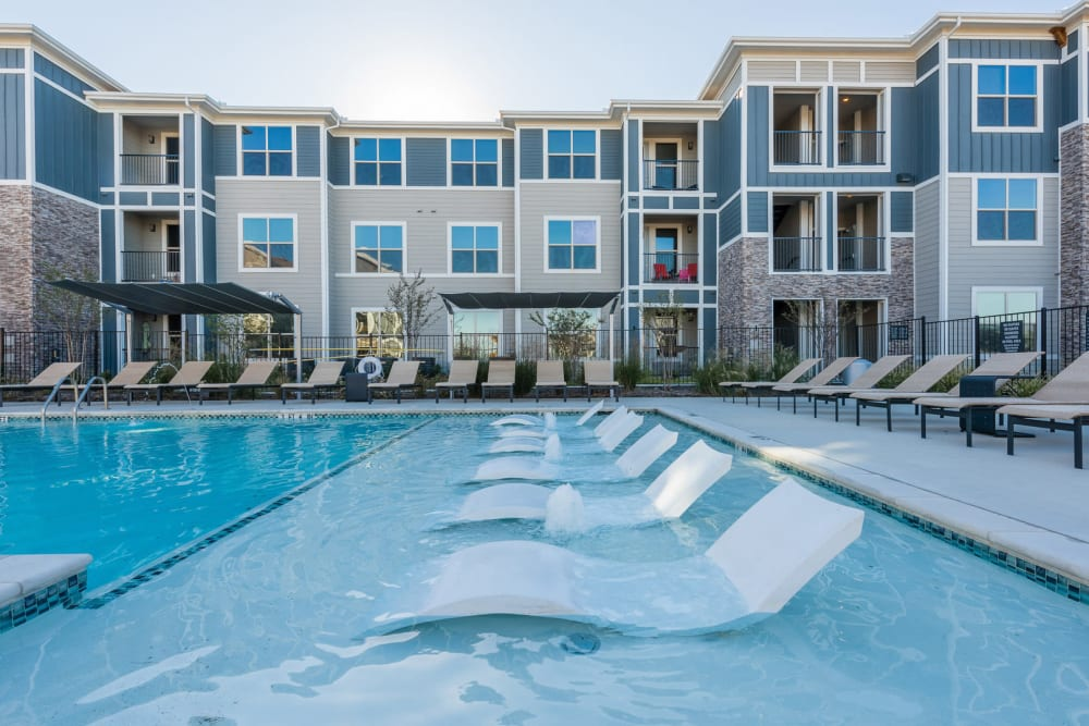 Sparkling swimming pool alt Enclave at Westport in Roanoke, Texas