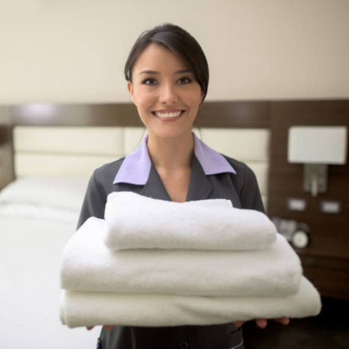Kristi Holmes holding folded clean linens at Harmony at Anderson in Cincinnati, Ohio