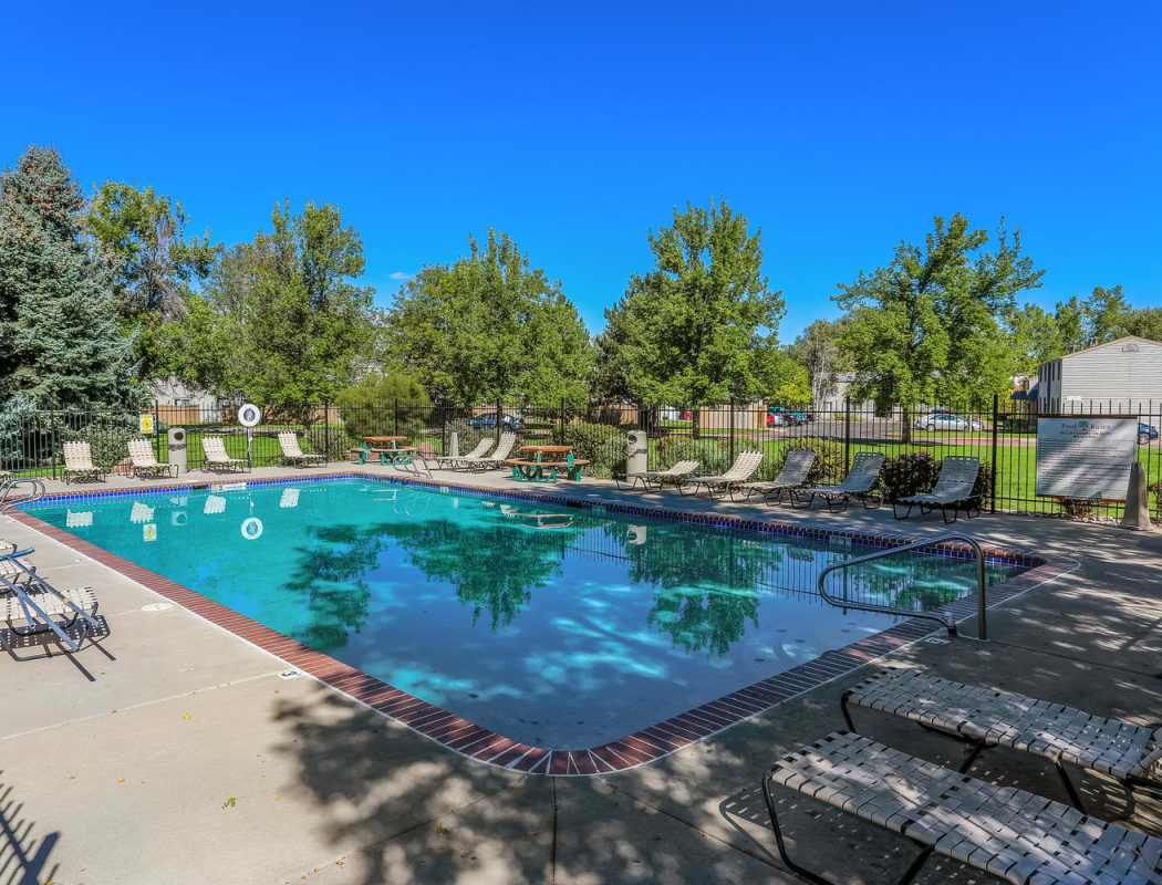 Swimming pool at Heritage Park Apartments