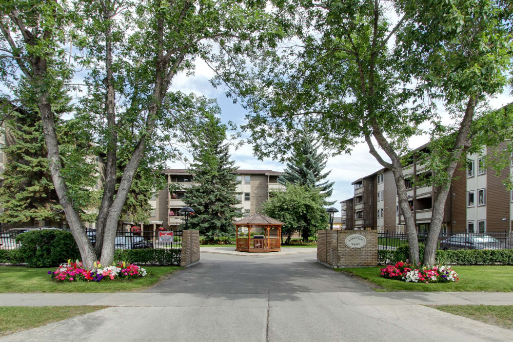 A beautiful front view of Lakeview Mews apartments
