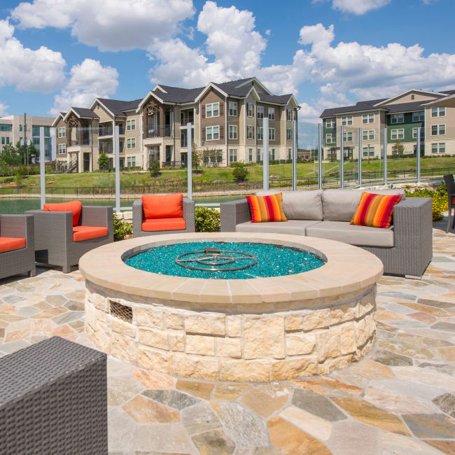 Glass propane fuel fire pit with plenty of comfortable seating at Elite 99 West in Katy, Texas