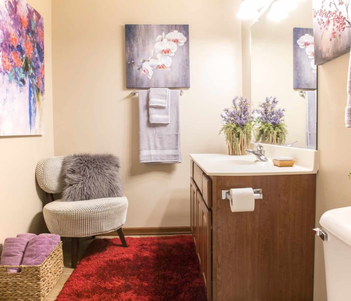 Well decorated bathroom at Tradition Pointe in Ankeny, Iowa