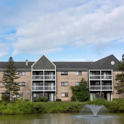 Front exterior of Kellogg Cove Apartments in MI, Michigan with pond