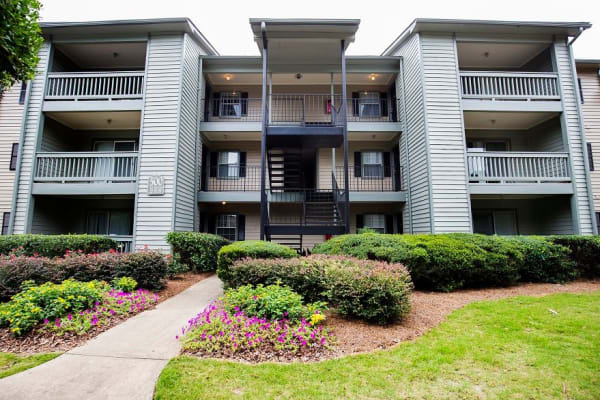 Lake Crossing apartments in Austell, Georgia