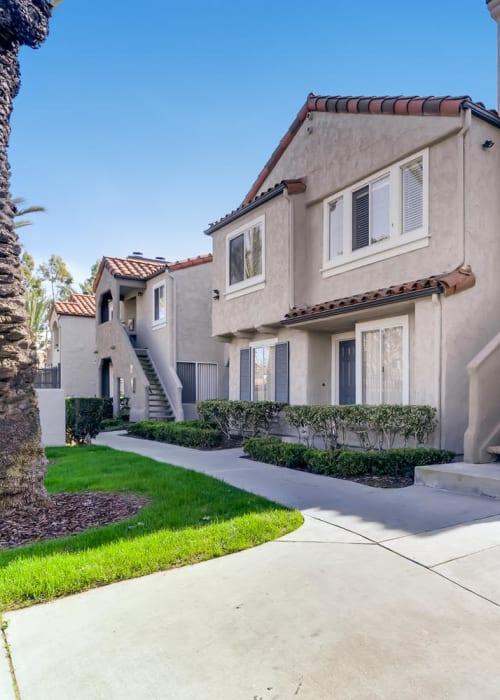 Beautifully manicured apartment lawn at Hidden Hills Condominium Rentals in Laguna Niguel, California
