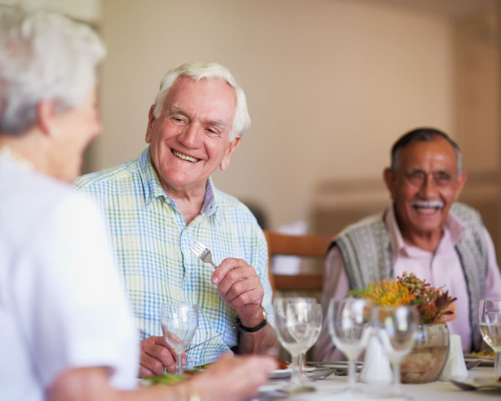 Residents enjoying a meal at Milestone Senior Living Eagle River in Eagle River, Wisconsin.