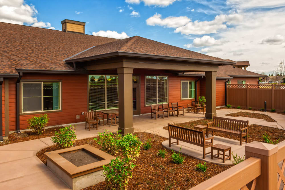 Outdoor seating at Touchmark at Meadow Lake Village in Meridian, Idaho