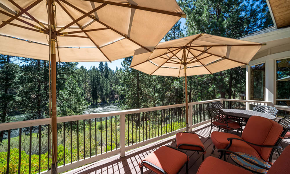 Outdoor patio at Touchmark at Mount Bachelor Village in Bend, Oregon