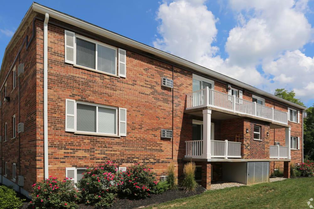 Left side exterior of building at Allen Creek Apartments in Burlington, Kentucky