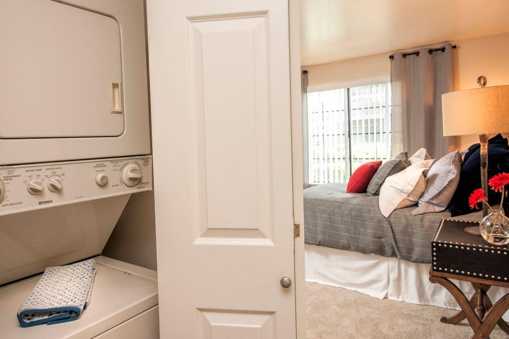 Standard bedroom with a watcher and dryer at Hidden Lake Condominium Rentals in Sacramento, California