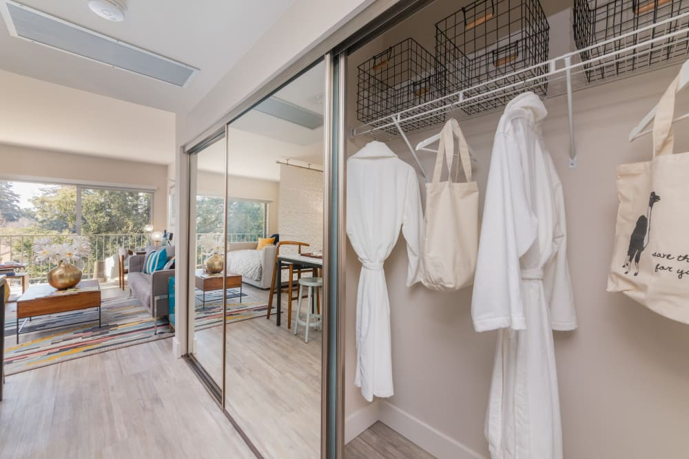 Luxury apartments with walk-in closets in Palo Alto, California