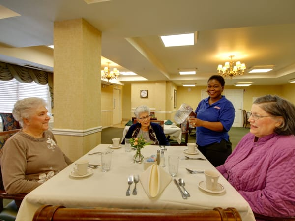 Residents enjoying a meal at Patriots Glen in Bellevue, Washington.
