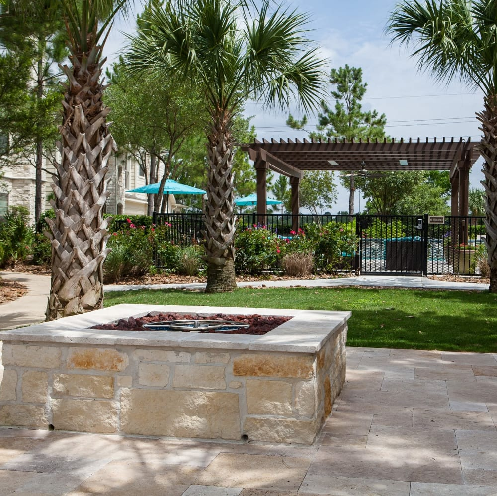 Beautifully manicured landscape at Lakefront Villas in Houston, Texas