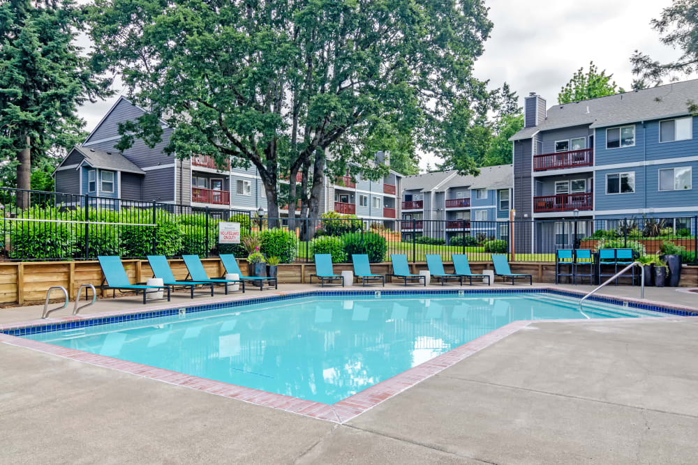 Swimming pool area with lounge seating at Heatherbrae Commons in Milwaukie, Oregon