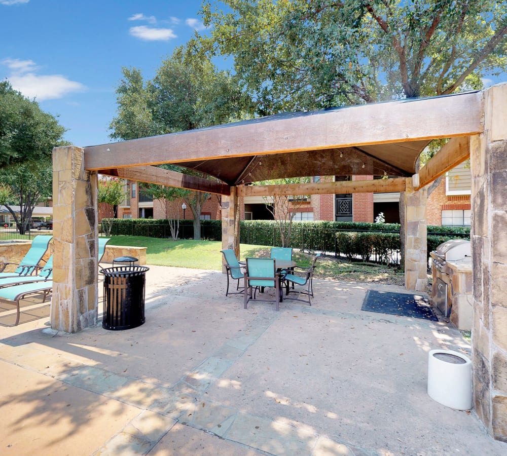 Outdoor lounge at Oaks Riverchase in Coppell, Texas