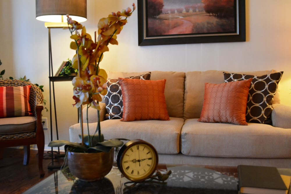The Abbey at Regent's Walk offers a cozy living room in Homewood, AL