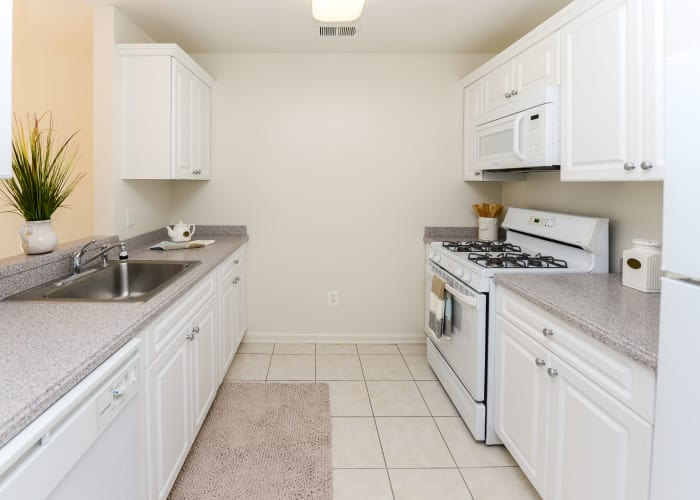The Horizons at Franklin Lakes Apartment Homes offers a fully equipped kitchen in Franklin Lakes, NJ