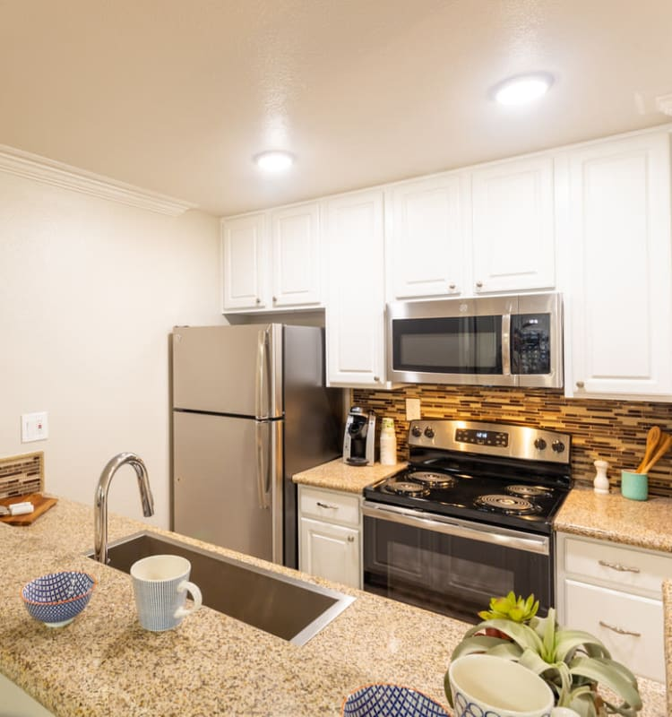 Cheap Apartments In California: Affordable Apartments In Canoga Park, CA W/ A Swimming Pool