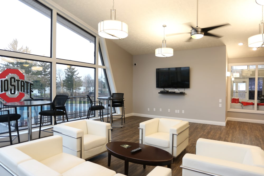 An entertainment area in the resident lounge at Fox and Hounds Apartments in Columbus, Ohio