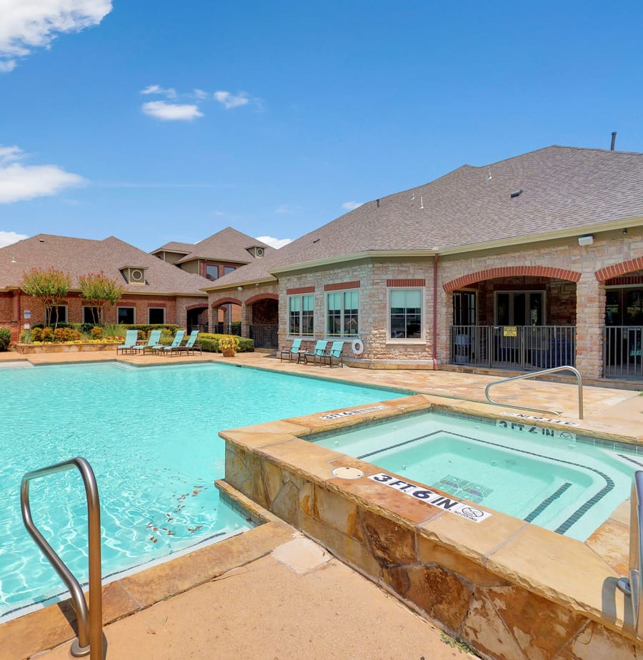 Hot tub and swimming pool at Oaks Riverchase in Coppell, Texas