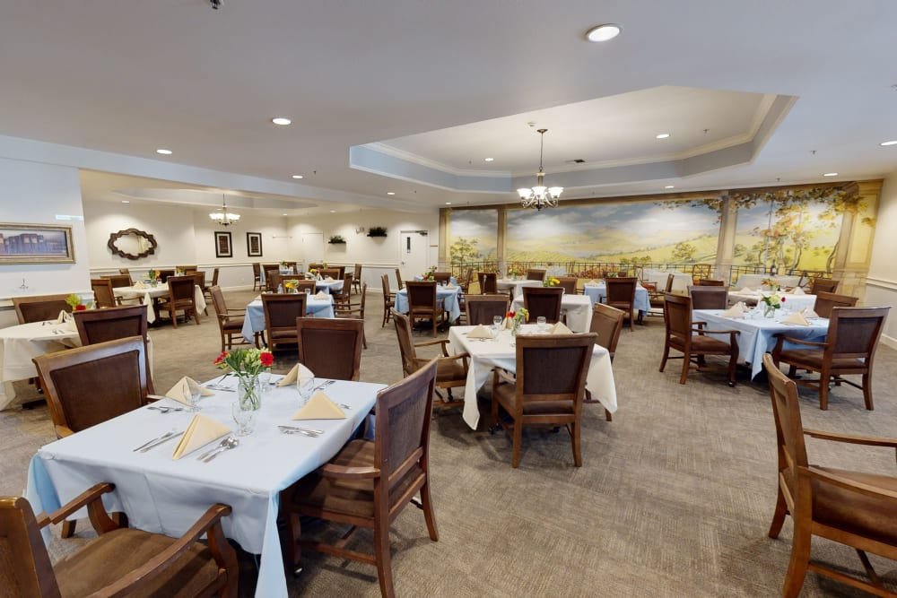 Peters Creek Retirement & Assisted Living community dining area