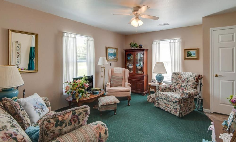 Lounge area at Victorian Place of Washington Senior Living in Washington, Missouri