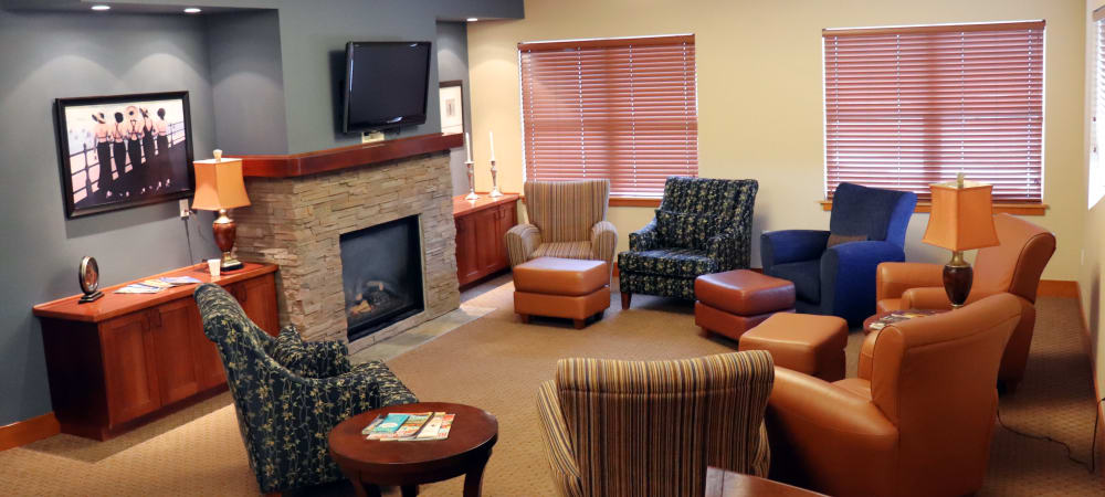 Elegant communal lounge area with comfortable leather chairs at The Springs at Mill Creek in The Dalles, Oregon