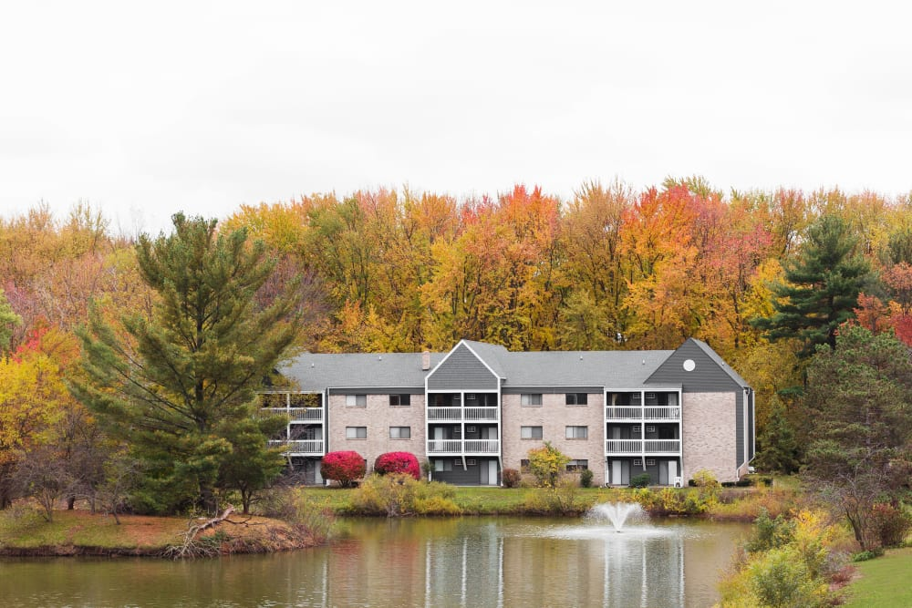 Beautiful setting of Kellogg Cove Apartments in Kentwood, Michigan