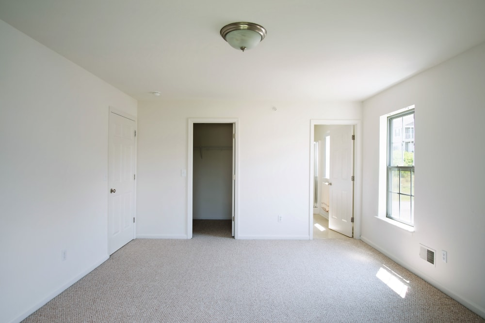 Hampton Run offers a naturally well-lit bedroom in Glenville, NY