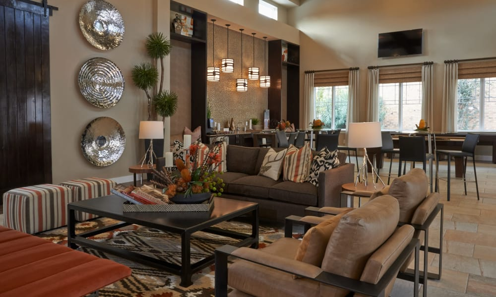 Seventeen15 offers a beautiful clubhouse living room in Houston, Texas